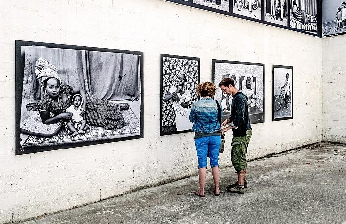 L'allestimento della mostra Le studio des icônes di Seydou Keïta presso Garage a La Gacilly in occasione di Festival Photo La Gacilly 2017. Nella fascia superiore si intravedono le fotografie di Malick Sibidé. © FPmag.