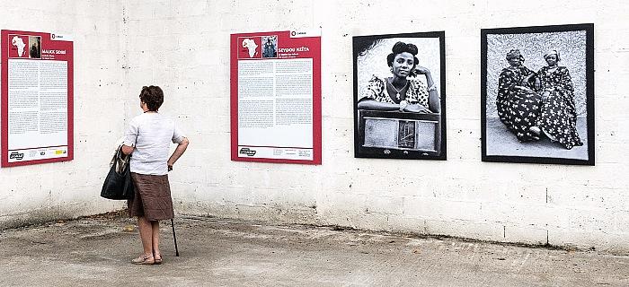 L'allestimento della mostra Le studio des icônes di Seydou Keïta presso Garage a La Gacilly in occasione di Festival Photo La Gacilly 2017. © FPmag.