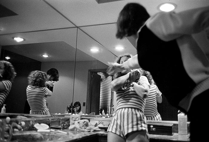 Donna Ferrato, Improvvisamente, Bengt colpisce Elisabeth. Saddle River, NJ, 1982. © Donna Ferrato.