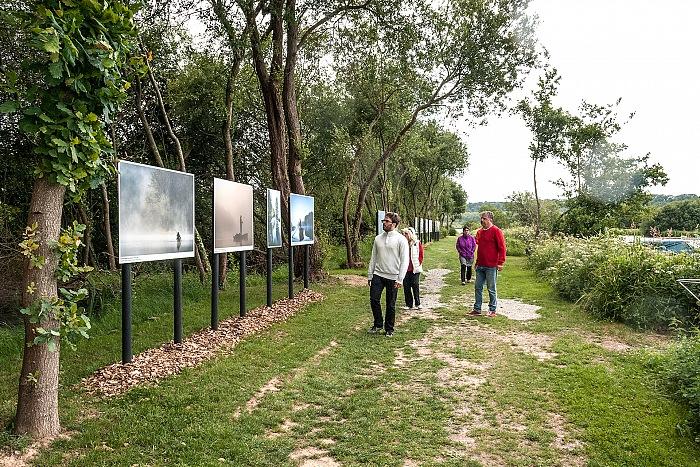 Un momento della visita alla mostra Glénac, le réveil des marais di Emmanuel Berthier. © Stefania Biamonti/FPmag.