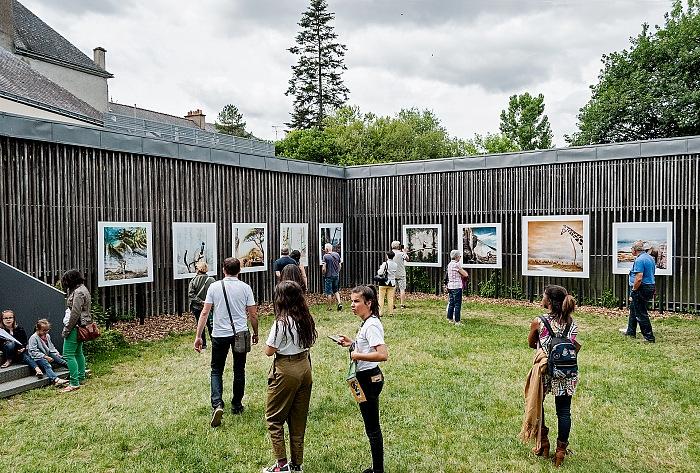 L'allestimento della mostra In situ di Éric Pillot presso il Jardin de la passerelle a La Gacilly in occasione di Festival Photo La Gacilly 2017. © Stefania Biamonti/FPmag.