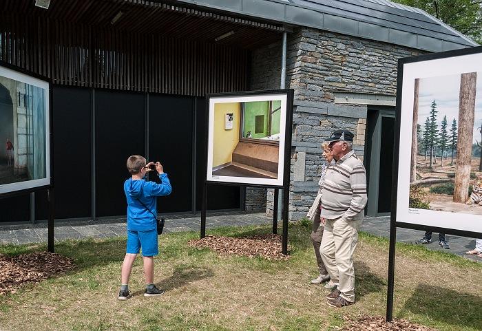Un momento della visita alla mostra In situ di Éric Pillot presso il Jardin de la passerelle a La Gacilly in occasione di Festival Photo La Gacilly 2017. © Stefania Biamonti/FPmag.