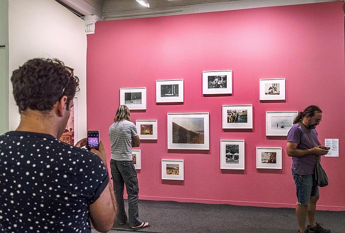 Un momento della visita alla mostra Early Works di Joel Meyerowitz presso la Salle Henri-Comte ad Arles in occasione dei Rencontres d'Arles 2017. © FPmag.