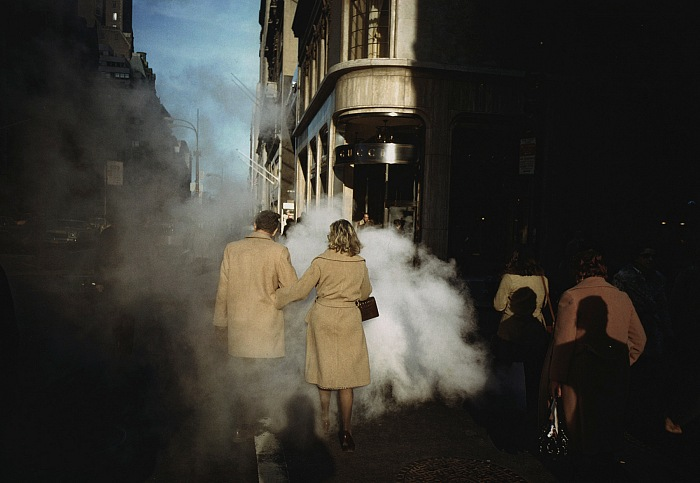 Joel Meyerowitz, Couple au manteau camel sur Street Steam (coppia con cappotto cammello sulla Street Steam), New York, 1975. Courtesy of the artist and Howard Greenberg Gallery. © Rencontres Arles.