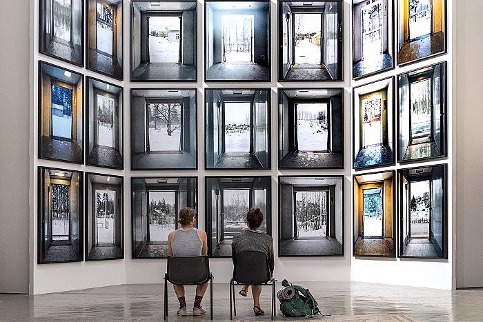 Un momento della visita alla mostra Cтансы (Stances) di Marie Bovo presso l'Église des Trinitaires ad Arles in occasione dei Rencontres d'Arles 2017. © FPmag.