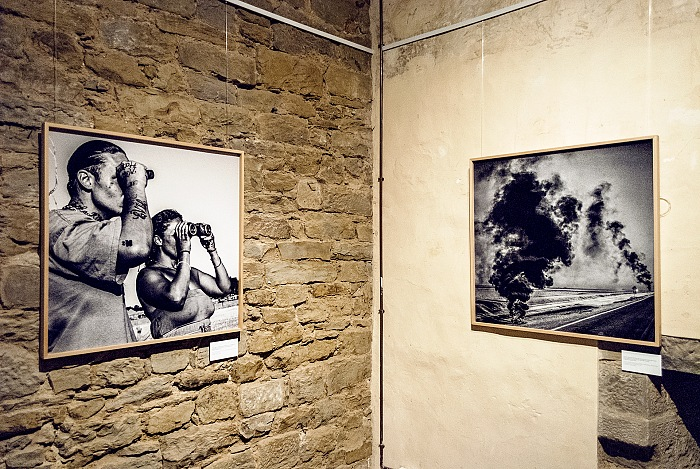 L'allestimento della mostra The Geography of Powerty di Matt Black esposta alla Fortezza del Girifalco in occasione di Cortona On The Move 2017. © FPmag.