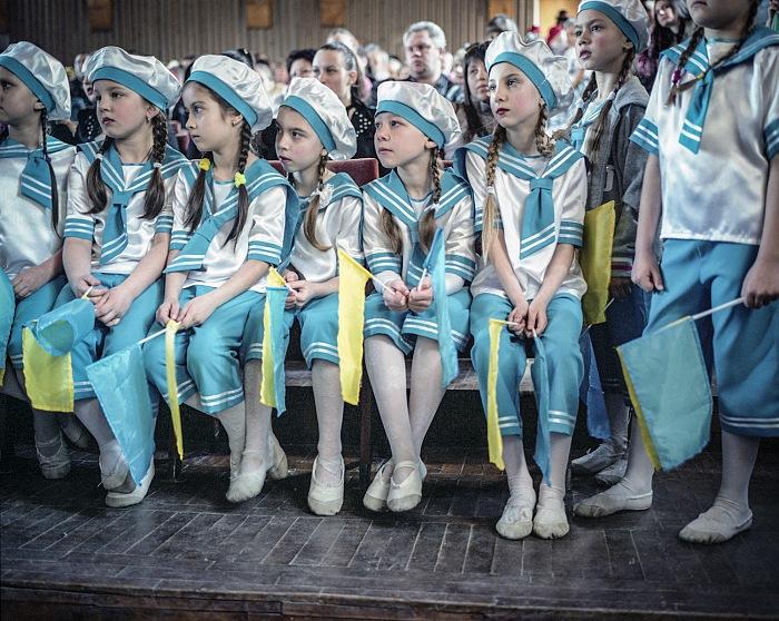 Justyna Mielnikiewicz, Concorso di gruppi di ballo scolastici di Slavyansk e Krematorsk. Anni fa Slavyansk divenne una roccaforte di ribelli armati filorussi e da qui la guerra cominciò a tutti gli effetti. Nel luglio 2014 l'esercito ucraino ha riconquistato la città che, sebbene la vita sia tornata alla normalità, resta divisa fra i simpatizzanti di Kiev e della Russia. Slavyansk, Ucraina, aprile 2015. © Justyna Mielnikiewicz.
