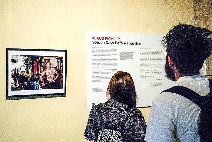 Un momento della visita alla mostra Golden Days Before They End di Klaus Pichler presso la Fortezza del Girifalco in occasione di Cortona On The Move 2017. © FPmag.