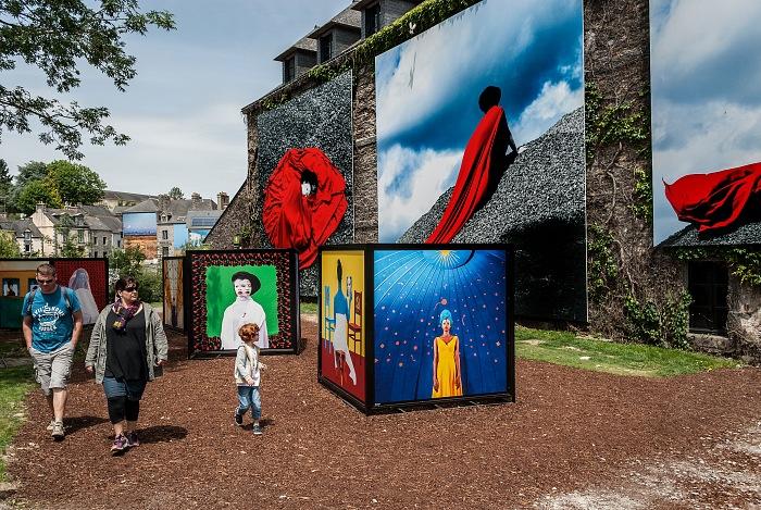 Un momento della visita alla mostra Le monde a 9 ans di Aida Muluneh. © FPmag.