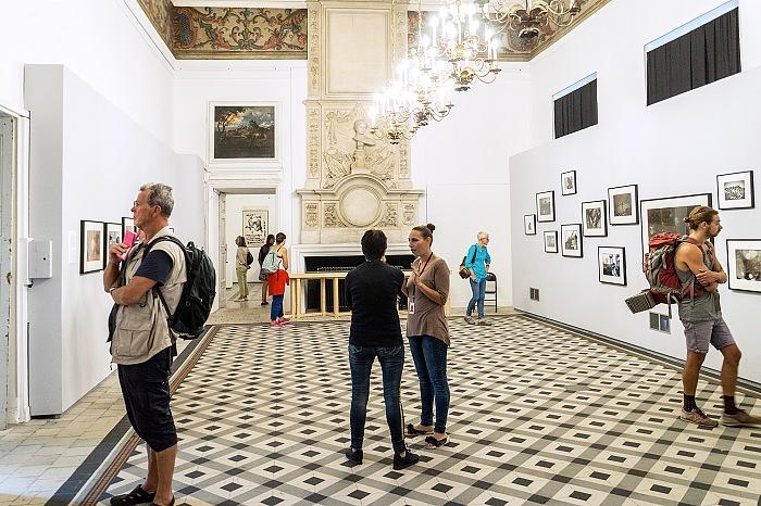 Un momento della visita alla mostra L'incurable égoïste di Masahisa Fukase presso il Palais de l'Archêveché ad Arles in occasione dei Rencontres d'Arles 2017. © FPmag.