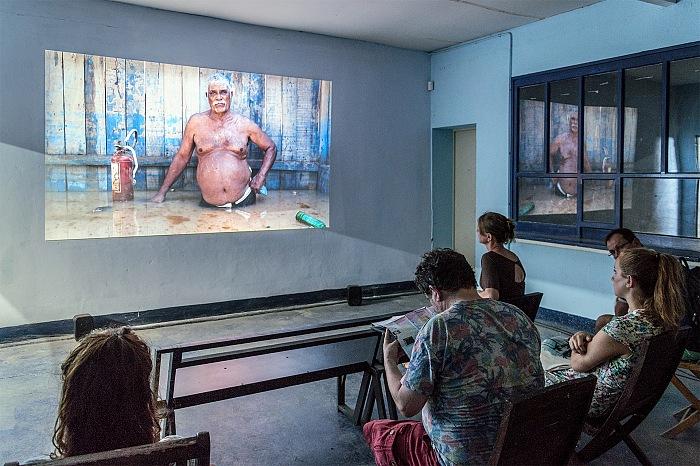 Un momento della visita alla mostra Un monde qui se noie di Gideon Mendel in esposizione presso Ground Control, nell'ambito di Les Rencontres de la Photographie 2017 ad Arles. © FPmag.