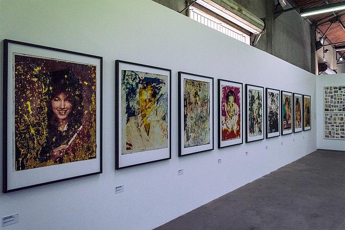 Un momento della visita alla mostra Un monde qui se noie di Gideon Mendel in mostra presso Ground Control, nell'ambito di Les Rencontres de la Photographie 2017 ad Arles. © FPmag.