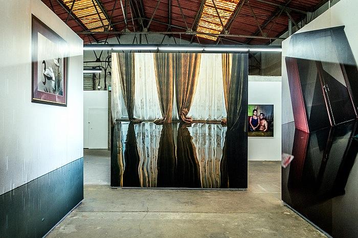 La sezione Ligne de crue della mostra Un monde qui se noie di Gideon Mendel in mostra presso Ground Control, nell'ambito di Les Rencontres de la Photographie 2017 ad Arles. © FPmag.