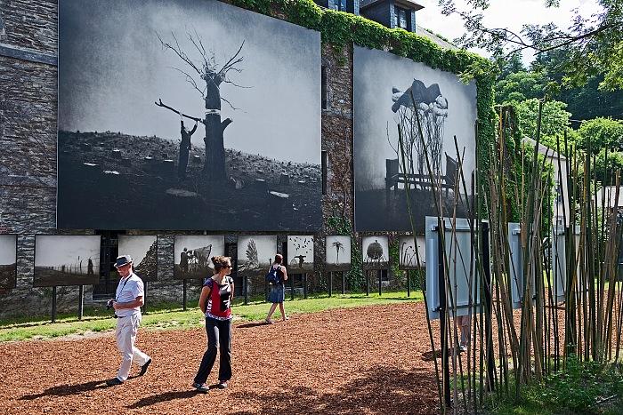 Durante la visita alla mostra Un monde irréel di Shane & Robert Parkeharrison al Végétarium nell'ambito di Festival Photo La Gacilly 2018. © Erika Pezzoli/FPmag.