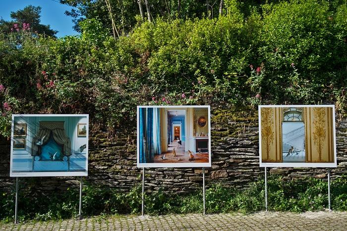 Durante la visita alla mostra Fables di Karen Knor in esposizione in rue Saint Vincent nell'ambito di Festival Photo La Gacilly 2018. © Erika Pezzoli/FPmag.