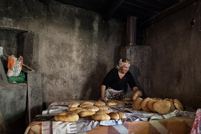 Gianfranco Ferraro, La signora Antonia e l'antica tradizione della panificazione fatta in casa, Gallicianò, RC. © Gianfranco Ferraro.