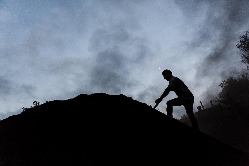 Gianfranco Ferraro, Carbonaio sullo scarazzu fumante poco prima della scarvunatura, Serra San Bruno, VV. © Gianfranco Ferraro.