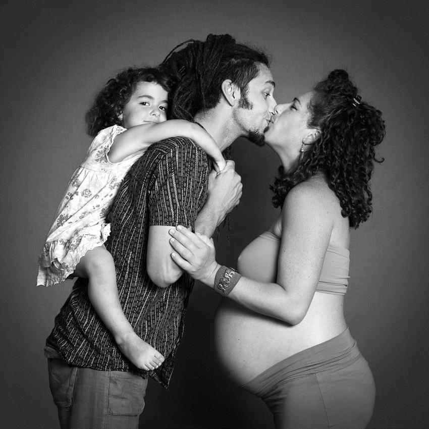 Marina Alessi, Nais_ e Piero con Dalia aspettando Samuel; lei streetartist, lui musicista, dal progetto Legàmi. © Marina Alessi.