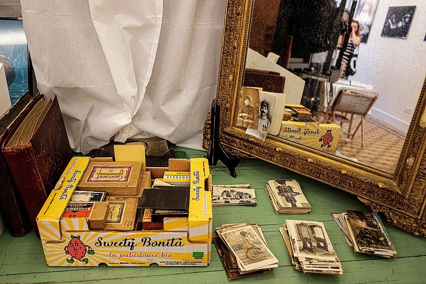 Decine di stampe d'epoca in vendita per pochi euro allo Studio Baxton. Un'idea per cominciare la propria collezione di fotografie. © Salvo Veneziano/Palermofoto.