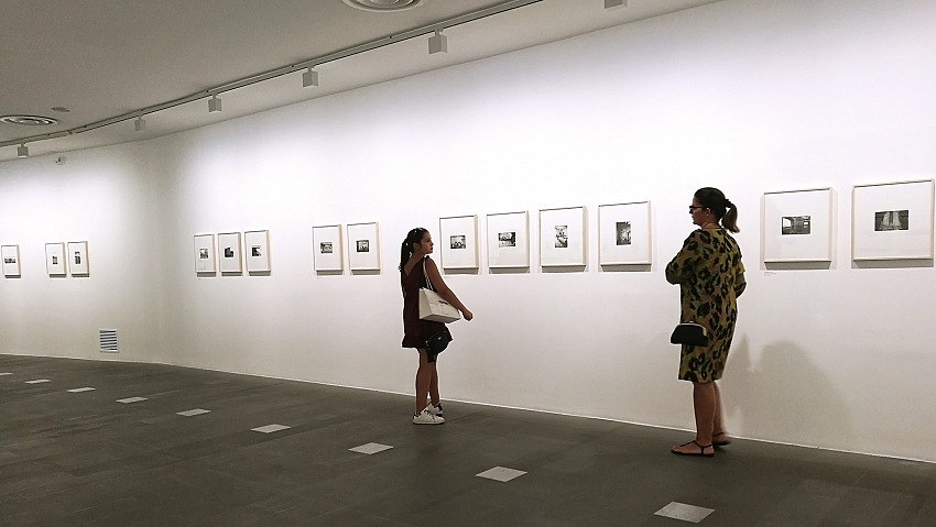 Un momento della visita alla mostra Guido Guidi. In Sardegna: 1974, 2011 presso il MAN Museo d'Arte Provincia di Nuoro. © Valeria Sanna /FPmag.