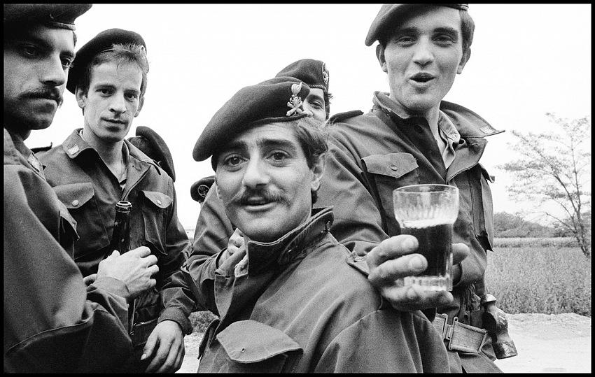 Toni Thorimbert, Soldati all'Icmesa, Seveso,1976. © Toni Thorimbert.