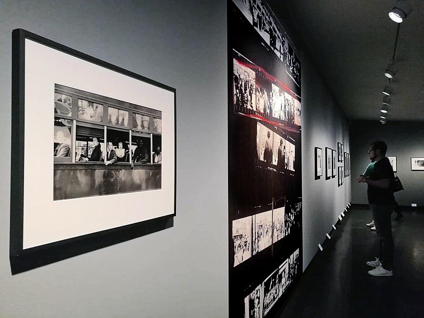 Un momento della visita alla mostra Robert Frank. Unseen presso C/o Berlin Foundation. © Valeria Sanna/FPmag.