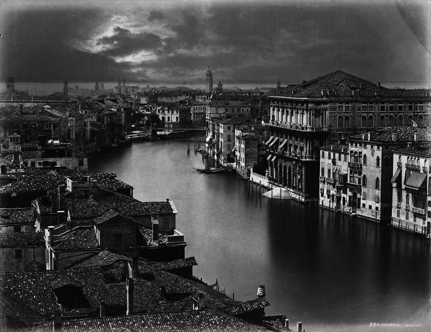 Carlo Naya, Venezia al chiaro di luna, 1870 circa, stampa all'albumina con viraggio su carta colorata, Collezione della Fondazione di Venezia - Archivio Italo Zannier.