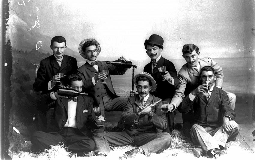Autore sconosciuto, Ritratto in studio di gruppo di giovani che festeggiano, 1920 circa.