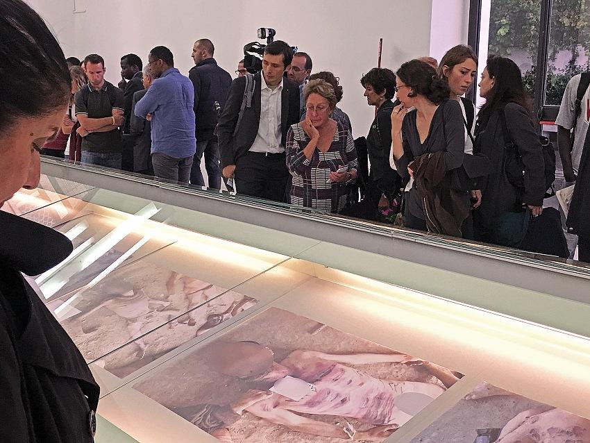 Durante la visita alla mostra Nome in codice: Caesar. Detenuti siriani vittime di tortura. © Mimmo Cacciuni Angelone.