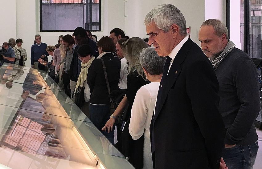 L'onorevole Pier Ferdinando Casini, presidente della Commissione esteri del Senato, durante la visita alla mostra Nome in codice: Caesar. Detenuti siriani vittime di tortura. © Mimmo Cacciuni Angelone.