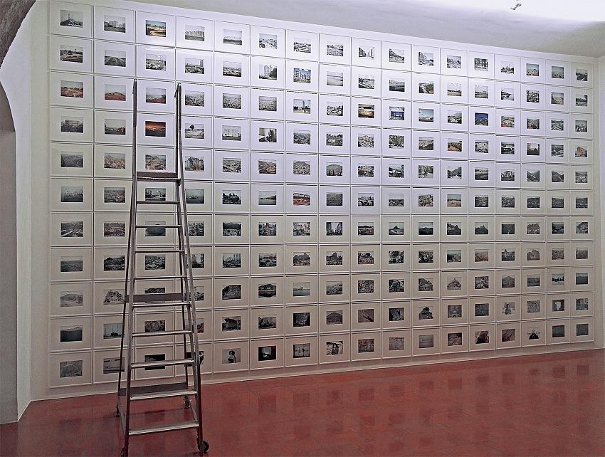 L'allestimento della mostra Domingo Milella, Solitario, presso la Galleria Doppelgaenger di Bari.