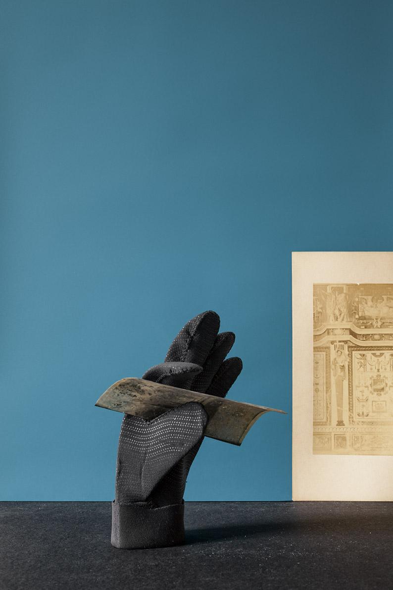 Francesca Rivetti, Black Glove, 2016, stampa inkjet su Baryta, 45x30cm. © Francesca Rivetti, courtesy Viasaterna.