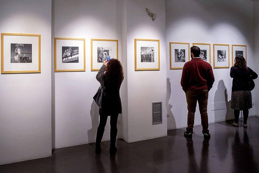 Durante la visita alla mostra Vivian Maier: Where Streets Have No Name, ILEX Gallery @10b Photography Gallery, Roma. © Ruggero Passeri.