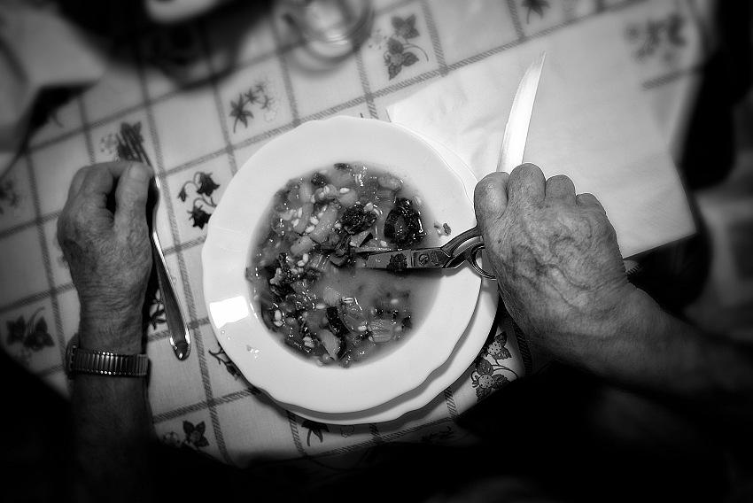L'aprassia, che è uno dei sintomi più drammatici della malattia di Alzheimer, qui simbolizzata dalle forbici che il paziente scambia per il cucchiaio. © Pietro Collini.