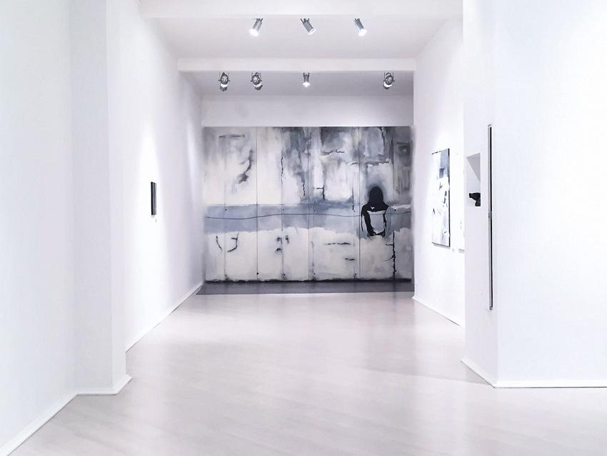 Durante la visita alla mostra Gray Area_Area X, presso Amy-D Arte Spazio a Milano. © Courtesy Amy-D Arte Spazio.
