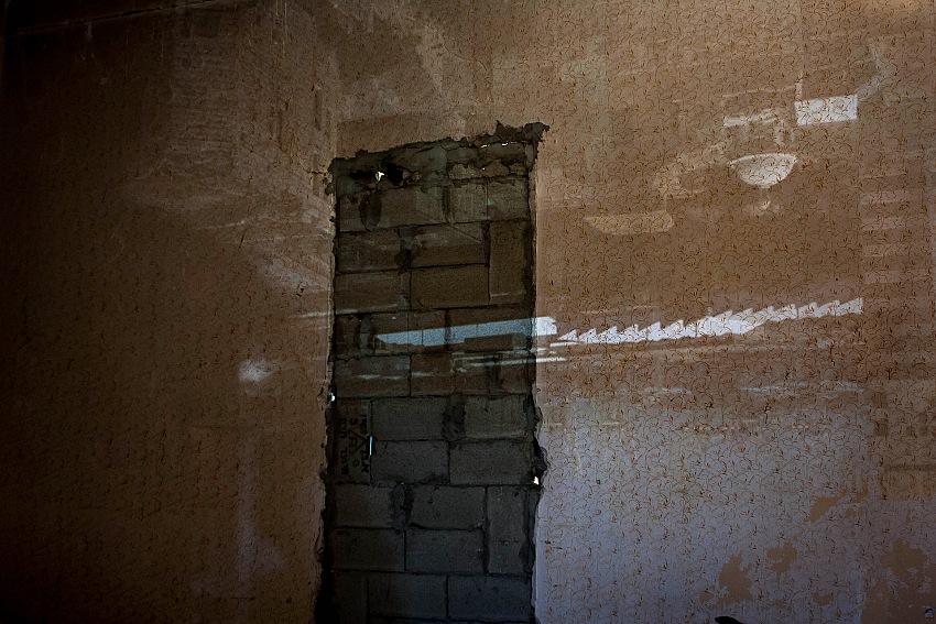 La proiezione dell'immagine di Haifa sulle pareti interne di una stanza di una casa abbandonata di Wadi Salib. © Megan Van Beuge.