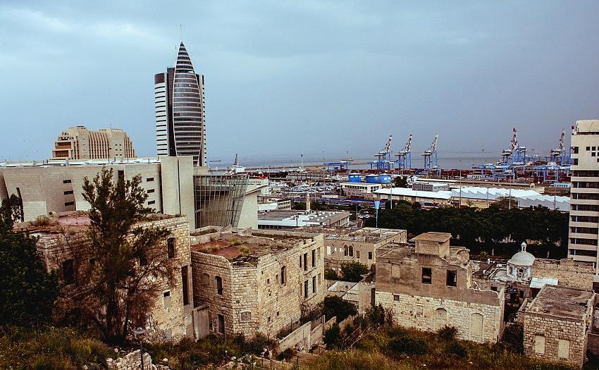Una vista del quartiere abbandonato di Wadi Salib con sullo sfondo il porto della città Haifa. © Paolo Becciu.