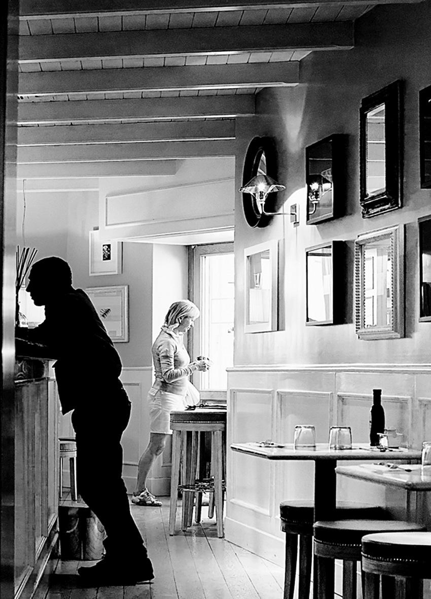 Titolo: B&WDidascalia: Le figure umane e gli oggetti si trovano a descrivere un'alternanza di luci e ombre, bianchi e neri, con una perfetta ritmica alterna.. © Pietro Collini.