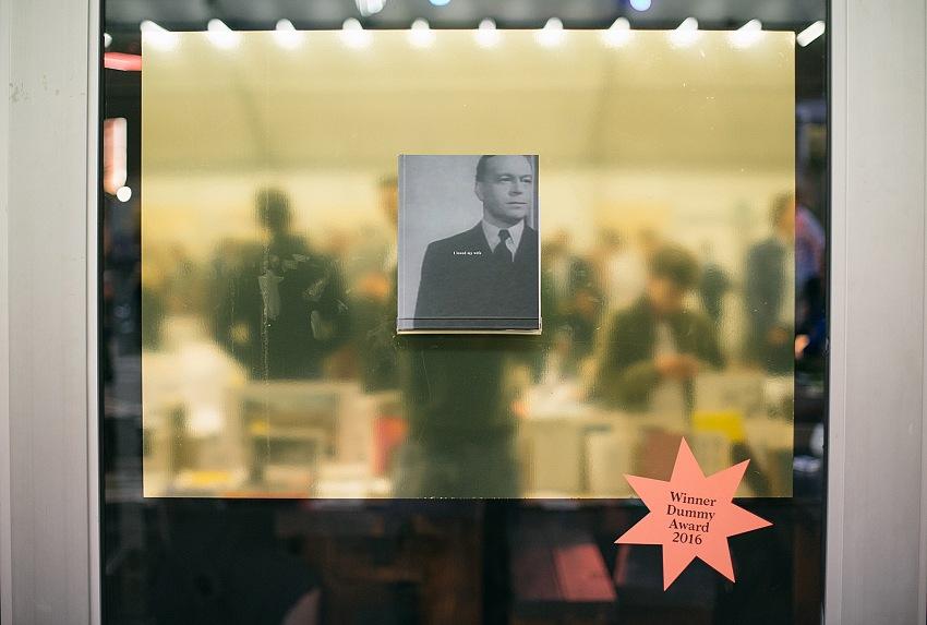 Il libro I loved my wife (killing children is good for the economy) di Dieter De Lathauwer, vincitore dell'Unseen Dummy Award 2016. La foto è stata scattata durante l'Unseen Photo Festival 2016. © Door Almicheal Fraay
