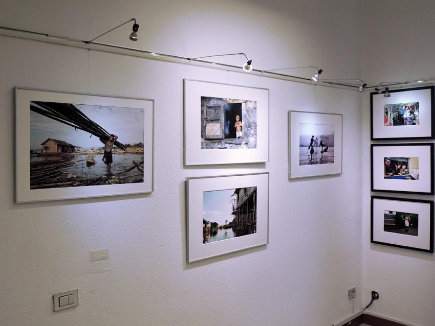 Lo spazio espositivo di Cilab Fine Art Lab Print&Gallery a Milano durante la mostra Myanmar (Birmania). Preghiera, tenerezza, tenacia di Renato Rognoni. © Cilab.