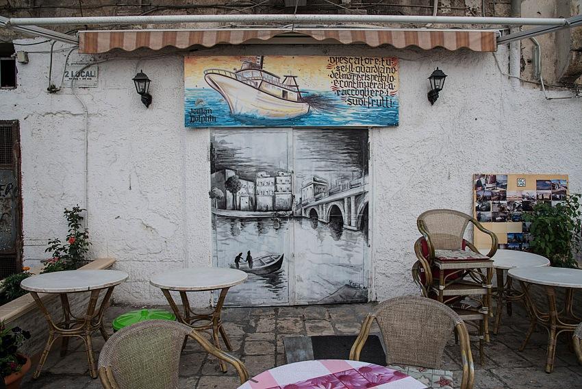 Pio Tarantini, Facciata di un bar con disegni, città vecchia, Taranto. © Pio Tarantini.