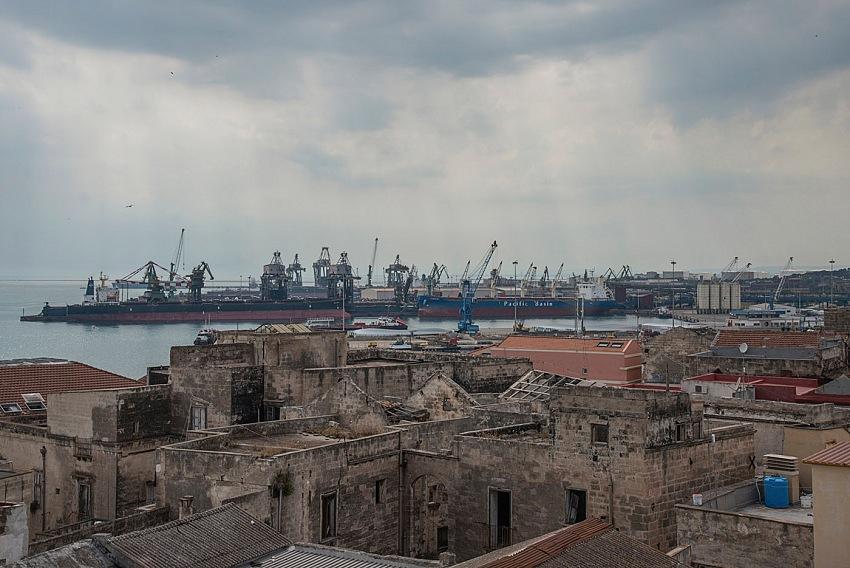 Pio Tarantini, Vedute del porto mercantile e della zona industriale dall'alto della città vecchia. Taranto. © Pio Tarantini.