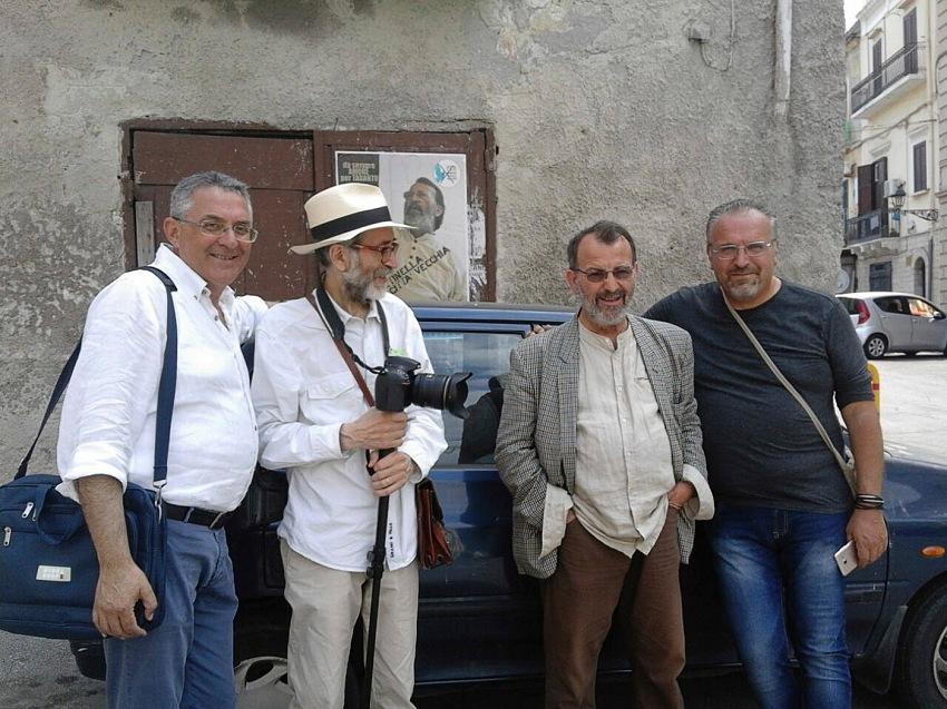 Pio Tarantini, Con gli operatori con i quali si è svolto il lavoro, Taranto. Da sinistra: Francesco Pacella, Pio Tarantini, Giovanni Guarino e Paolo Marcesini Taranto. © Pio Tarantini.