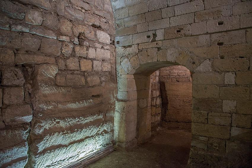 Pio Tarantini, Una grotta ipogea nella Città vecchia, Taranto. © Pio Tarantini.