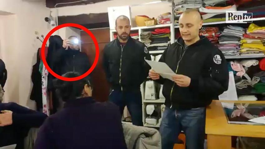 Un fotogramma dal video pubblicato da Repubblica.it il 29 novembre 2017 relativamente all'irruzione di una quindicina di militanti di Veneto Fronte Skinhead durante un'assemblea di Rete Como Senza Frontiere, con evidenziato un militante che effettua la ripresa dell'evento.