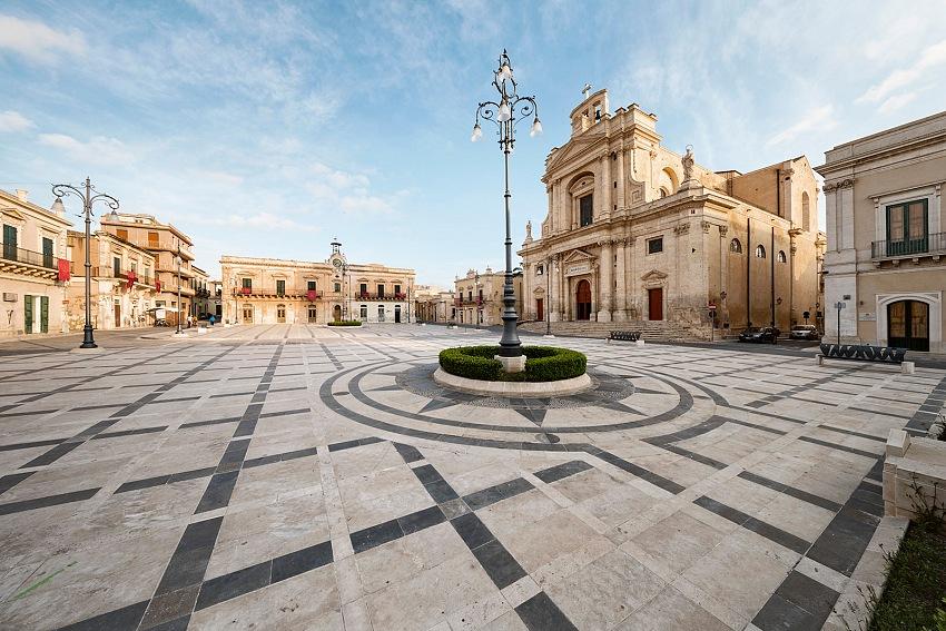 Armando Rotoletti, Piazza Garibaldi, Rosolini, Siracusa dal volume Sicilia in Piazza. © Armando Rotoletti.