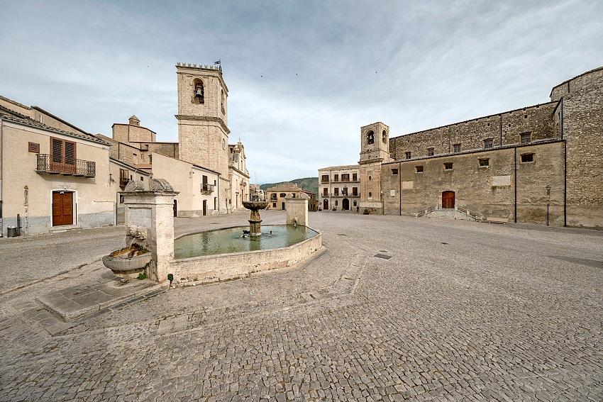 Armando Rotoletti, Piazza Umberto I, Palazzo Adriano, Palermo dal volume Sicilia in Piazza. © Armando Rotoetti.