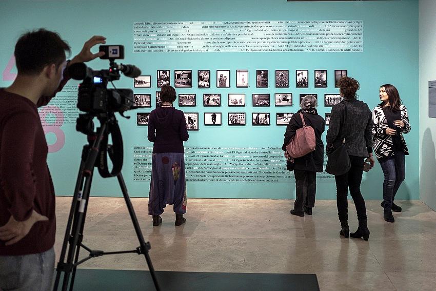 Un momento della visita alla mostra Magnum ManifestoGuardare il mondo e raccontarlo in fotografia durante l'anteprima stampa. © Ruggero Passeri.
