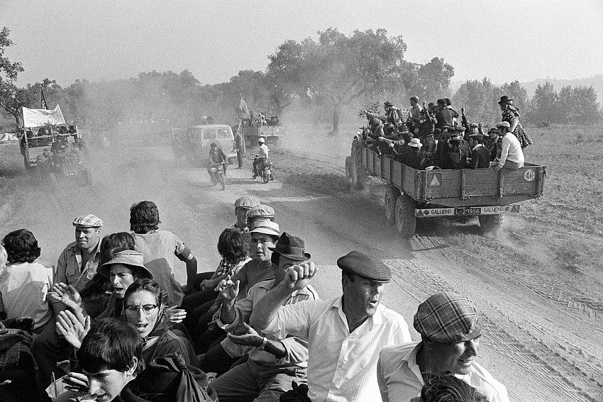 Fausto Giaccone, Portogallo Couço (Ribatejo), 31 agosto 1975. Un nuovo ciclo di occupazioni delle terre. Il movimento per la Reforma Agraria aveva dato inizio a gennaio all'occupazione dei latifondi abbandonati in Ribatejo e nell'Alentejo. © Fausto Giaccone.