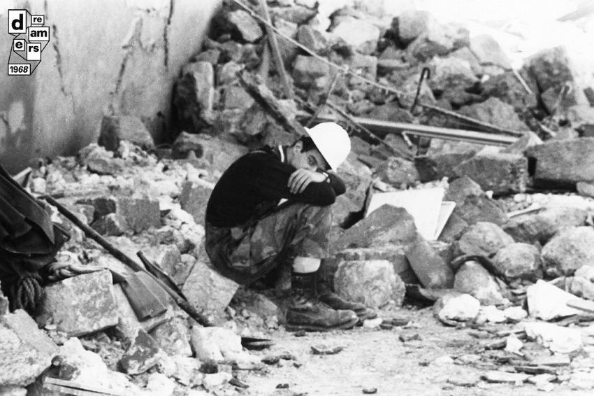 Il terremoto del Belice, macerie delle case distrutte, 20 gennaio 1968. © Adriano Mordenti/AGF.